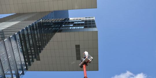 Die Kabine des Steigers vor dem Aufzugturm von Kranhaus 1. Foto: Vera Lisakowski