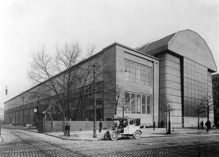 P-Behrens_AEG-Turbinenfabrik_Haupt-und-flache-Nebenhalle-Berlin_1908-09_Bildarchiv-Foto-Marburg