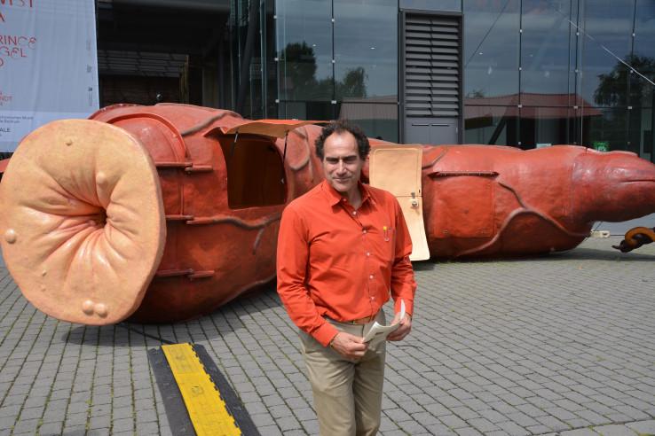 """Joep van Lieshout vor seinem Werk """"BarRectum"""" bei der Ruhrtriennale; Foto: Vera Lisakowski"""