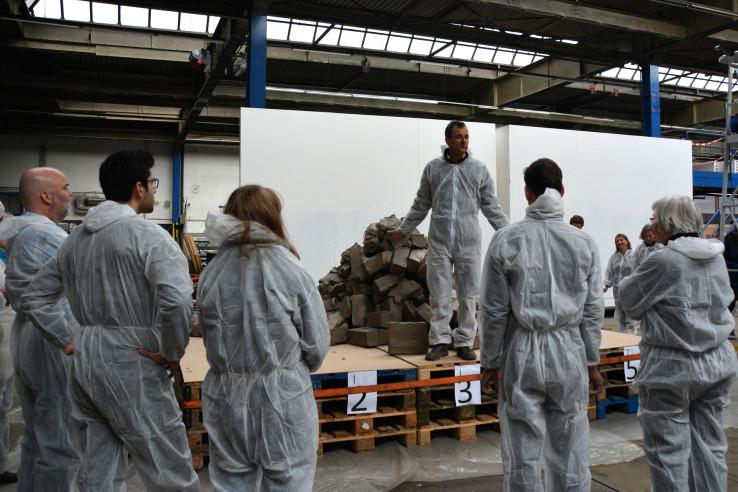 Workshop-Leiter Boris Sieverts erklärt zu Beginn, was mit den viereinhalb Tonnen Lehm passieren soll; Foto: Vera Lisakowski