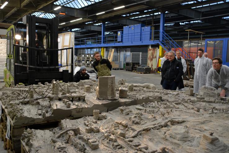 Das fertige Lehm-Modell von Mülheim wird mit einem Gabelstapler ins Depot 2 gebracht; Foto: Vera Lisakowski