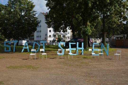 Schriftzug bei der Eröffnung des Bauwagens an der Mülheimer Brücke. Foto: Vera Lisakowski