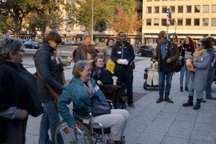 """Die Teilnehmer des Spaziergangs von """"dorisdean"""" kommen am Offenbachplatz an. Foto: Vera Lisakowski"""
