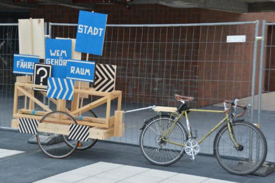 "Fahrrad mit Anhänger der Komplizenschaft ""Raumfähre"". Foto: Vera Lisakowski"