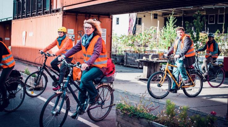"""Die Gruppe """"Raumfähre"""" ist mit den Fahrrädern unterwegs vom Depot in Mülheim zum Offenbachplatz. Foto: Mirko Plengemeyer"""