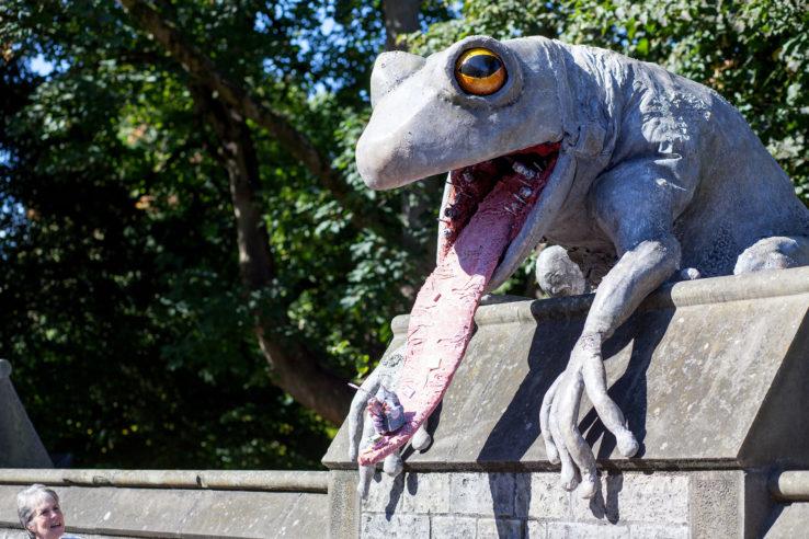 "Frosch auf der Mauer von Cardiff Castle - Szene aus ""Roald Dahl's City of the Unexpected"" des National Theatre Wales, Foto: Farrows Creative/National Theatre Wales"
