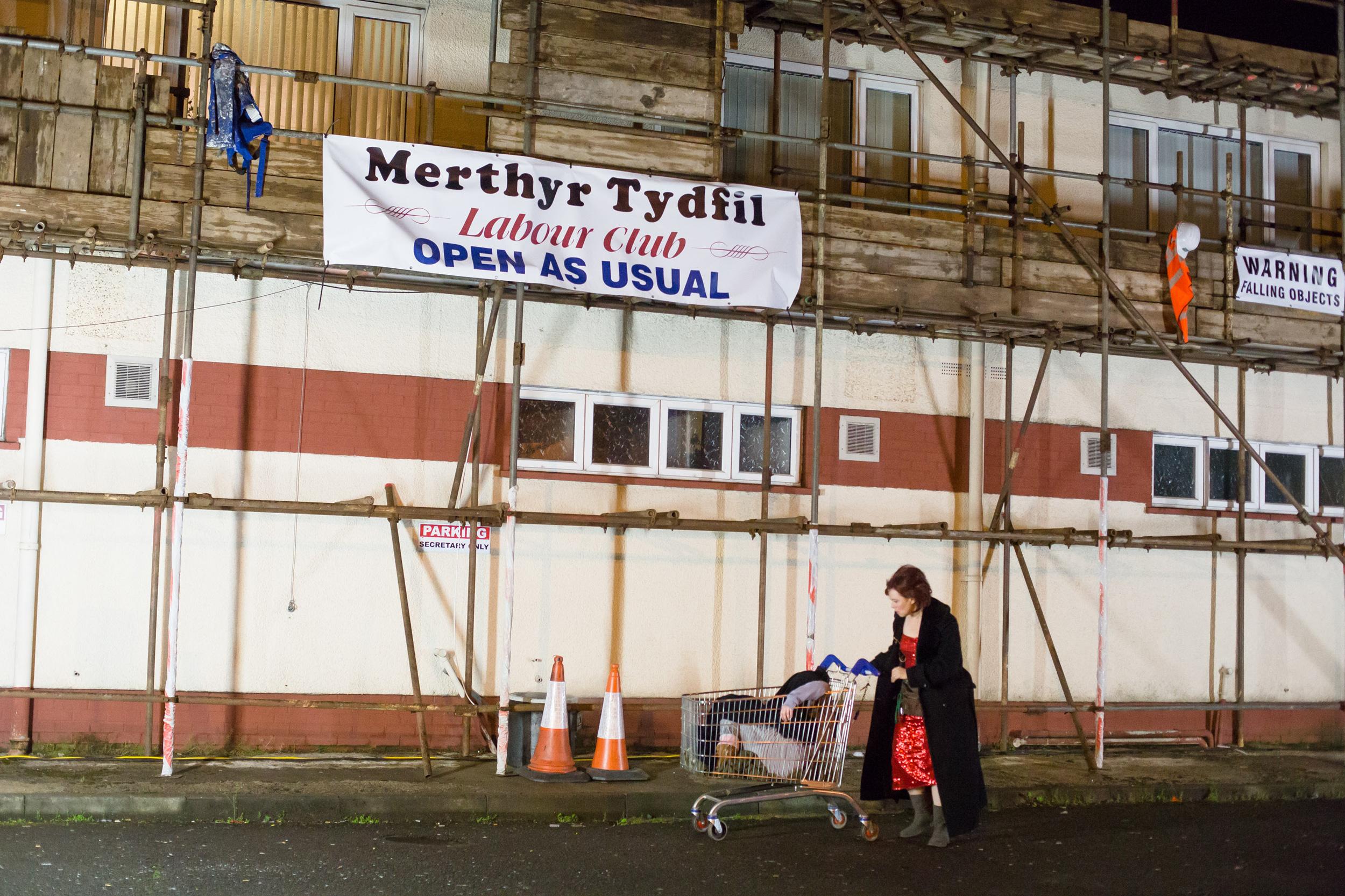 """Der Arbeiterclub in dem """"Mutter Courage und ihre Kinder"""" des National Theatre Wales aufgeführt wurde. Foto: Farrows Creative / National Theatre Wales"""
