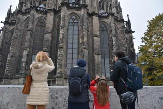 Vier Personen blicken auf den Domchor. Foto: Vera Lisakowski