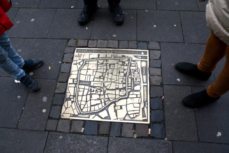 In den Boden eingelassene Plakette mit einem Plan der historischen Altstadt. Foto: Vera Lisakowski