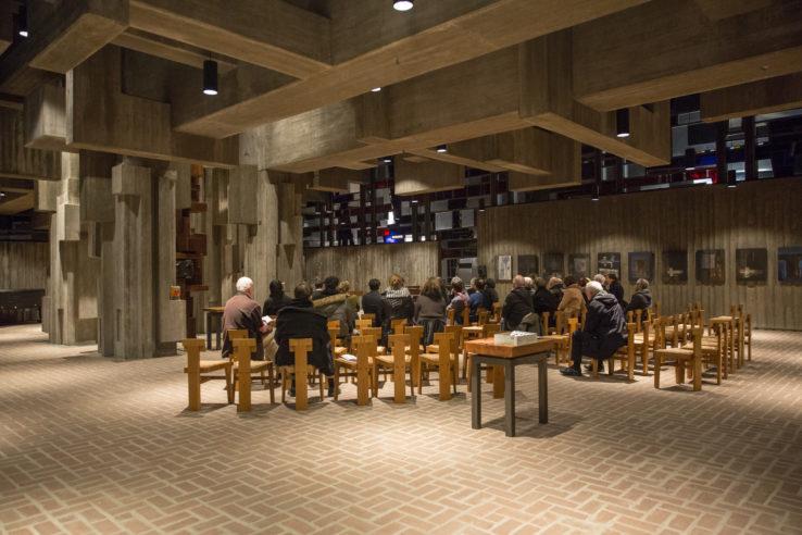 """Im Kirchenraum von Johannes XXIII. wartet das Publikum auf den Beginn des Konzerts in der Reihe """"Béton brut & Bruits"""". Foto: Fabian Uhl / www.fabianuhl.de"""