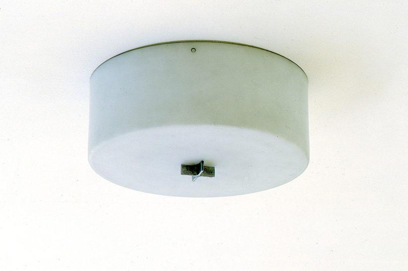 Originaldeckenlampe von Mies van der Rohe in Haus Lange. Foto: Volker Döhne