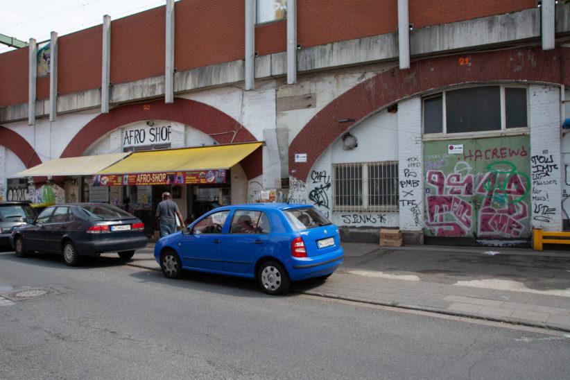 Recht neu eingezogen ist der Afroshop in einen der Bahnbögen nahe des Bahnhofs Ehrenfeld. Foto: Vera Lisakowski