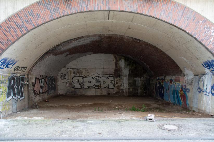 Seltener Anblick: offener Bahnbogen in der Hüttenstraße in Ehrenfeld. Foto: Vera Lisakowski