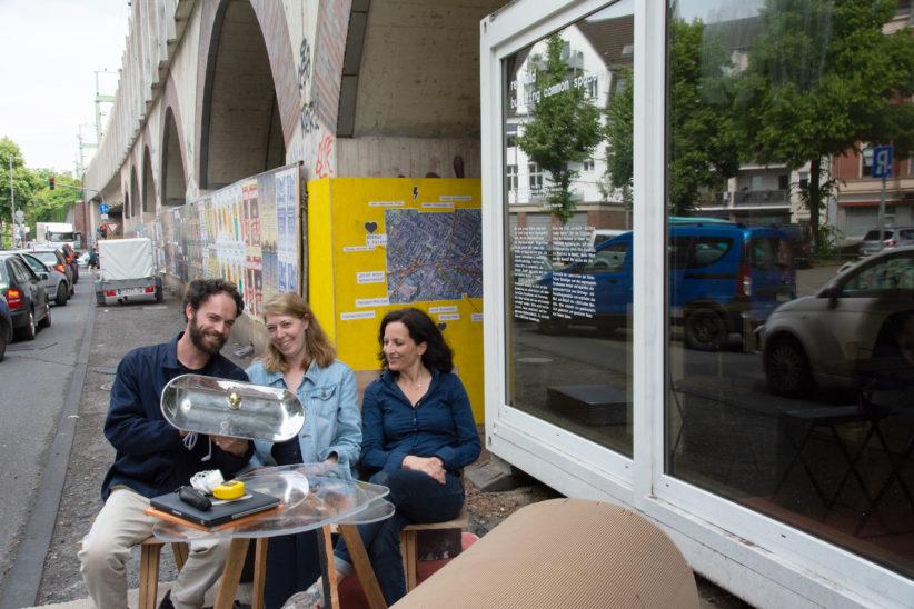Ein Teil des Forschungsteams - mit gesammelter Dada-Lampe im temporären Wohnzimmer: Giuseppe Grant, Margrit Miebach, Dana Kurz (v.l.). Foto: Vera Lisakowski