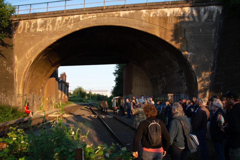 Publikum an der Bahnunterführung. Foto: Vera Lisakowski