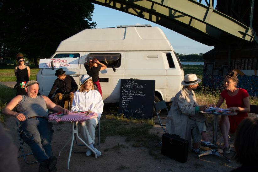 Im Restaurant treffen die beiden Handlungsstränge zusammen, links Zampano (Thomas Krutmann) und Gelsomina (Aischa-Lina Löbbert), rechts die Immobilienmaklerin Pina (Frederike Bohr). Foto: Vera Lisakowski