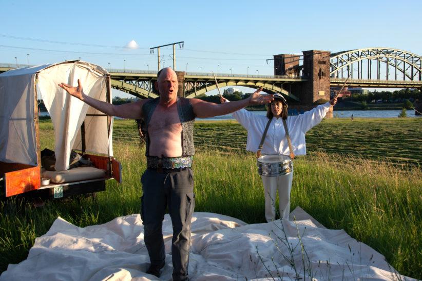 Zampano (Thomas Krutmann) und Gelsomina (Aischa-Lina Löbbert) bei ihrer Zirkusnummer vor der Südbrücke. Foto: Vera Lisakowski