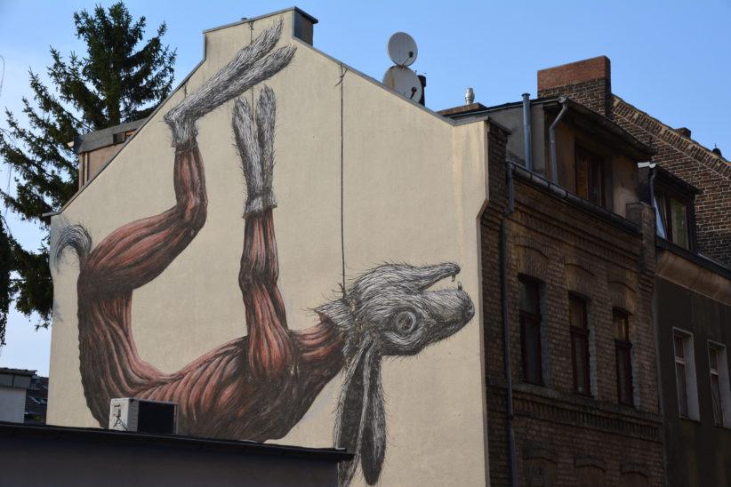 Gehäuteter Hase von ROA auf der Seitenwand eines Gebäudes an der Senefelder Straße. Entstanden beim Cityleaks-Festival 2011. Foto: Vera Lisakowski
