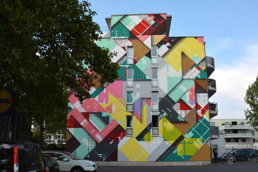 Abstraktes Gemälde von SEDZ / Ronald van der Voet auf der Seitenwand eines Gebäudes an der Leyendeckerstraße. Foto: Vera Lisakowski