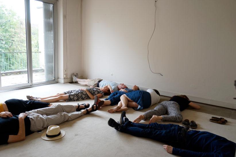 """Manches bleibt rätselhaft bei der """"Wohnungsbesichtigung"""" von Philine Velhagen: Menschen auf dem Boden. Foto: Matthias Keller"""