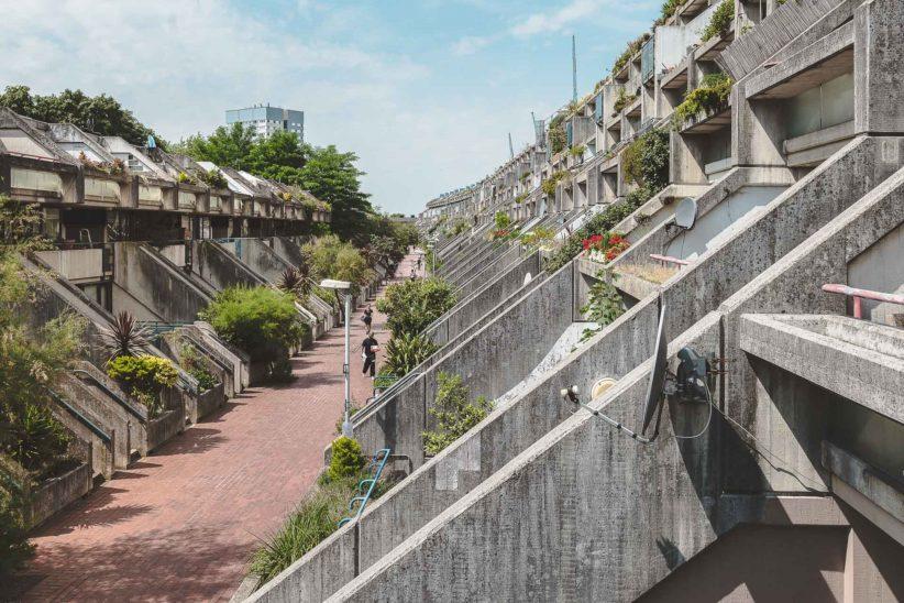 Weg zwischen den schrägen Fassaden der Wohnanlage Alexandra & Ainsworth Estate. Foto: Gregor Zoyzoyla