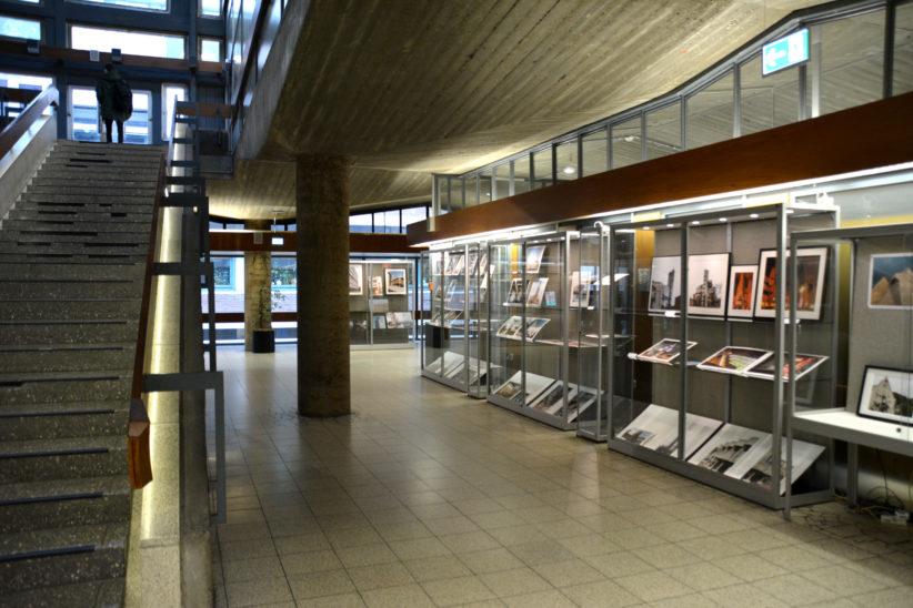 """Die Fotos der Ausstellung """"Concrete : Imagination"""" werden in der Unibibliothek in Vitrinen präsentiert. Foto: Vera Lisakowski"""