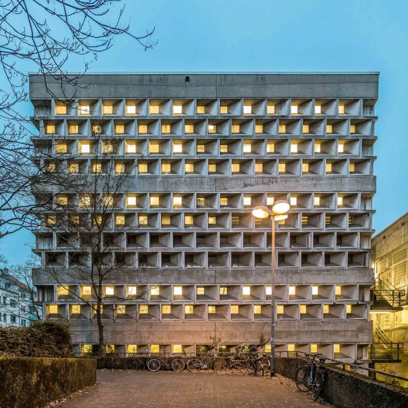 Fassade der Universitätsbibliothek mit von innen beleuchteten wabenartigen Fenstern. Foto: Gregor Zoyzoyla